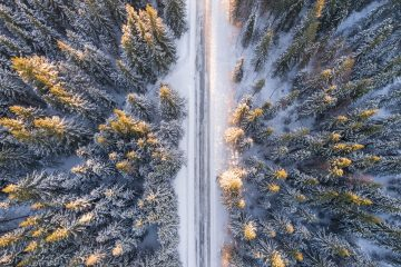 winterliche Straße von oben